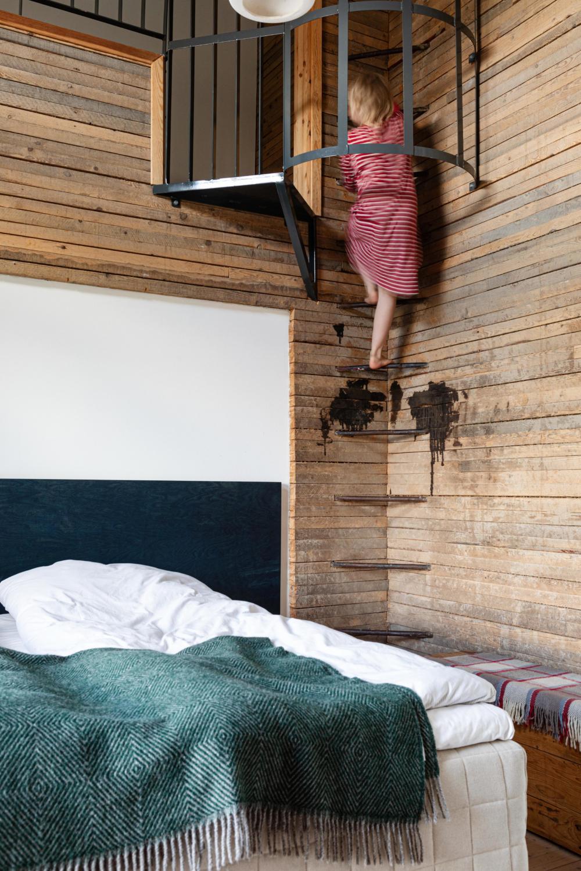 Påväg upp för originalstegen till andra sovloftet
