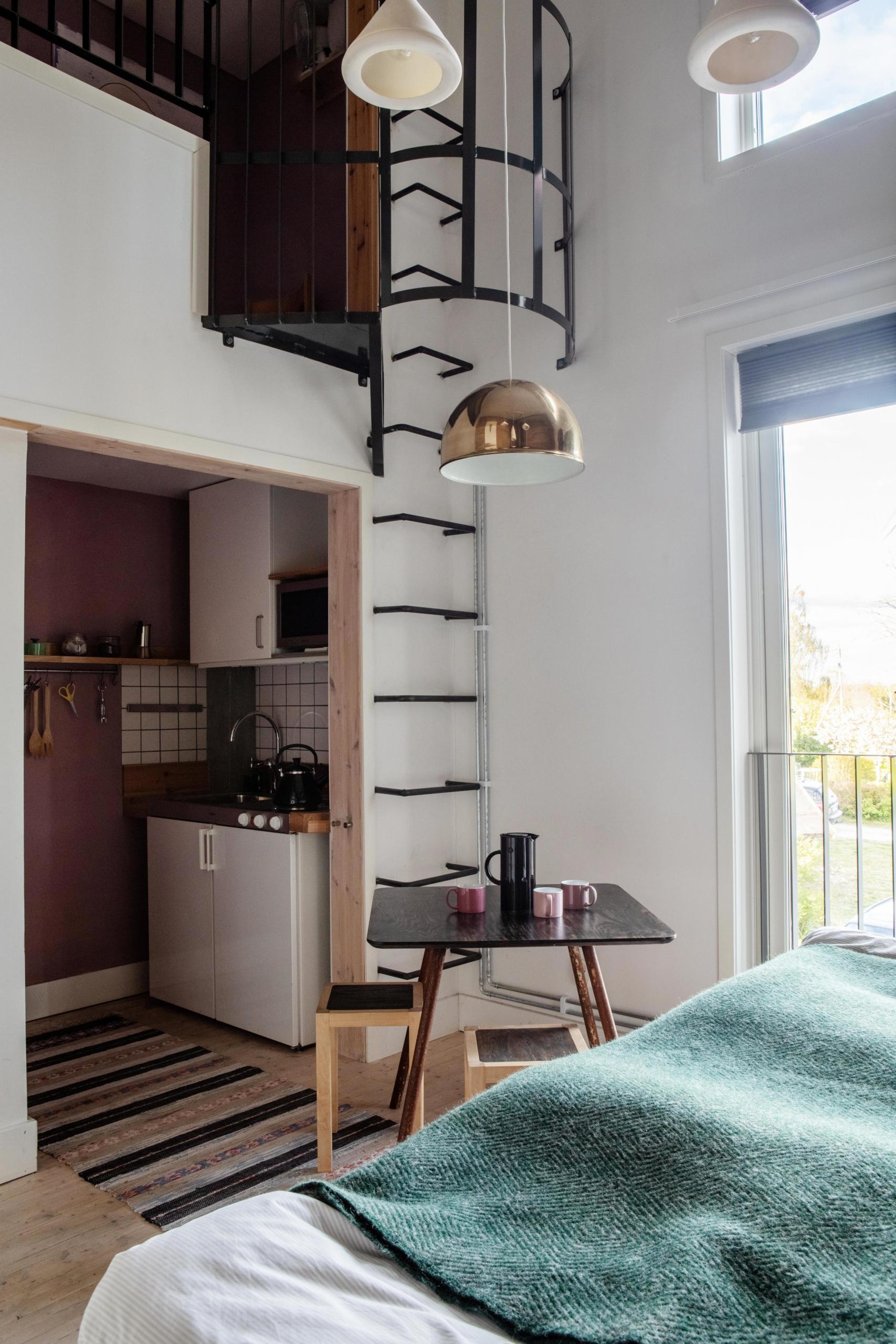 Sovloft med trappa över köket